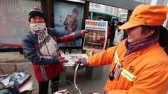 Китайська мільйонерка працює прибиральницею заради дітей