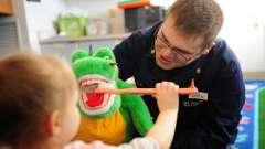 Коли потрібно починати чистити зуби дитині