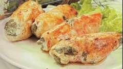 Рулет з курячого філе з грибами і сиром в сметанному соусі