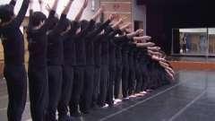 В китаї дітей з дефектом слуху навчають танцям